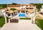 Location vacances Svetvinčenat - Awesome home in Svetvincenat with Jacuzzi, Wifi and 6 Bedrooms-1