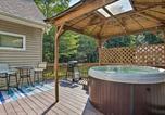 Location vacances Lehighton - Pocono Family Home with Hot Tub Walk to Lake and Pool-2