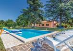 Location vacances Kršan - Three-Bedroom Holiday home Krsan with an Outdoor Swimming Pool 07-1