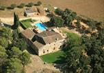 Location vacances  Province de Gérone - Traditional Mansion in Navata with Swimming Pool-1