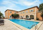 Location vacances Saignon - Beautiful home in Apt with Outdoor swimming pool, Wifi and 7 Bedrooms-1