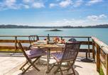 Location vacances Hamilton - Stunning Oceanfront Beach House - Raglan Holiday Home-1