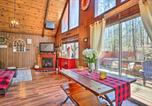 Location vacances Clarks Summit - Chic Poconos Chalet with Deck and Lake Access!-1