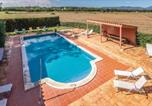 Location vacances Campllong - Eight-Bedroom Holiday home with a Fireplace in Riudellots-3