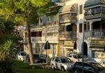 Location vacances  Province de Gorizia - Apartment mit Meerblick am Strand Costa Azzura-2