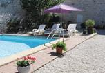 Location vacances Clussais-la-Pommeraie - Holiday home Chaunay with a Fireplace 399-1