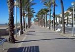 Location vacances  Province de Barcelone - Cozy beach apartment-2