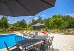 Location vacances Podbablje - Three-Bedroom Holiday Home in Grubine-2