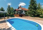 Location vacances Velika Kopanica - Two-Bedroom Holiday Home in Ovcara-1