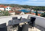 Location vacances Milna - Awesome home in Milna with Outdoor swimming pool, Wifi and 5 Bedrooms-1