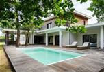 Location vacances Arès - Villa ultra moderne avec piscine et spa, a Ares