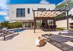 Location vacances Omiš - New and stylish Villa Bruna with 32sqm heated pool, sauna, billiard and media room-2