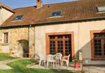 Location vacances  Aisne - Three-Bedroom Holiday Home in Jaulgonne-4
