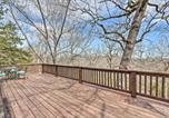 Location vacances West Plains - Woodsy Hideaway with Deck, Walk to Bull Shoals Lake!-3