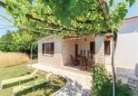 Location vacances Vodnjan - Holiday Home Vodnjan with a Fireplace 204-4