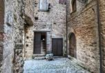 Location vacances Gualdo Cattaneo - Medieval Castle with Swimming Pool in Forest in Umbria-3