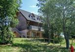 Location vacances Egliseneuve-d'Entraigues - Apartment Le Bois de la Reine.1-1