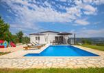 Location vacances Podbablje - Three-Bedroom Holiday Home in Grubine-4