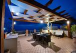 Location vacances  Province de Vibo-Valentia - Sunset Penthouse - Borgonovo 9p-1