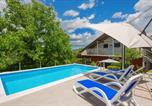 Location vacances Trilj - Nice home in Grab w/ Outdoor swimming pool, Outdoor swimming pool and 2 Bedrooms-1