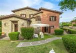 Location vacances  Province de Pesaro et Urbino - Sprawling Villa in Urbino with Private Swimming Pool-1