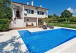 Location vacances Poreč - Apartment with private pool and large garden-2