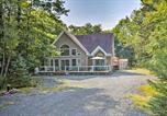 Location vacances Lehighton - Pocono Family Home with Hot Tub Walk to Lake and Pool-3