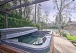 Location vacances Medford - Serene Riverfront Escape with Hot Tub and Views!-3