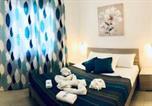 Location vacances  Province de Sassari - Apartment Tramonto sea-front-1