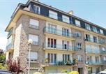 Location vacances  Ille-et-Vilaine - Two-Bedroom Apartment in Dinard-3