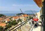 Location vacances Makarska - Three-Bedroom Apartment in Makarska-1