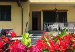 Location vacances  Province de Massa-Carrara - Villa with garden and parking space near the Tuscan Coast-4