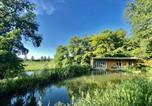 Location vacances Redlynch - Secluded, New Forest Riverside Lodge-1