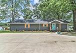 Location vacances Macon - Waterfront Lake Sinclair Home with Boat Dock!-1
