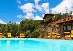 Location vacances  Province de Pistoia - Pet-friendly Farmhouse in Montecatini Terme with Swimming Pool-2