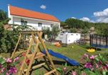Location vacances Lovreć - Three-Bedroom Holiday Home in Katuni-1