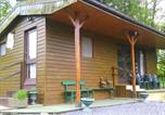 Location vacances  Luxembourg Province - Lovely Chalet with Pond View in the Forest in Gouvy-4