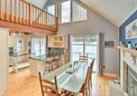 Location vacances Clarks Summit - Charming Lake Ariel Cabin with Resort Amenities-3
