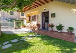 Location vacances  Province de Massa-Carrara - Montignoso Apartment Sleeps 4-1