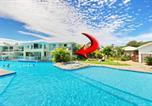 Location vacances One Mile - 142 'Oaks Pacific Blue', 265 Sandy Point Road - swim out unit with air con & Linen-1