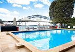 Location vacances North Sydney - Cosy Harbourside Apartment With Bridge View Pool-1