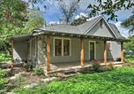 Location vacances Gonzales - Adorable Cottage Smart Tvs, Kitchen, 1 Mi to Dtwn-2