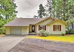 Location vacances Shelton - Anderson Island Home with Lakefront Deck, Dock andcanoe-2