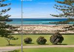 Location vacances Tugun - Kirra Vista Apartments Unit 18 - Right on the Beach in Kirra with free Wi-Fi-1