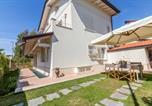 Location vacances  Province de Lucques - Forte dei Marmi Villa Sleeps 4 Air Con-1