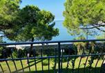 Location vacances  Province de Gorizia - Apartment mit Meerblick am Strand Costa Azzura-1