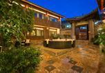 Location vacances Lijiang - Lijiang Gui Yuan Tian Ju Guesthouse-1