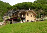 Location vacances  Province de Brescia - Beautiful chalet with Swimming Pool in Lombardy-3