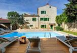Location vacances Svetvinčenat - Amazing home in Svetvincenat with Outdoor swimming pool, Wifi and 5 Bedrooms-1