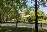 Location vacances La Vineuse - Le Pigeonnier Des Cabanes-2